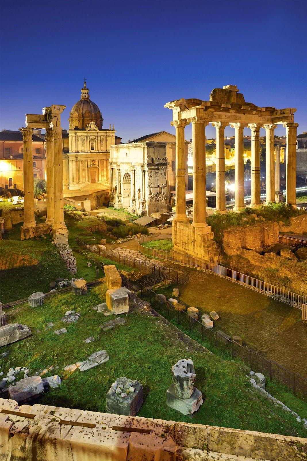 Foro romano- A la izquierda, el templo de Vespasiano y Tito; en el centro, el templo de Saturno.