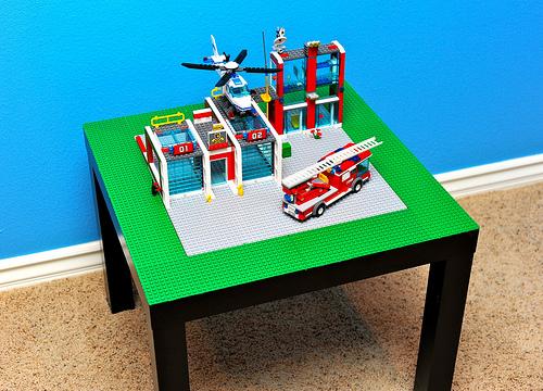 Tavolo ikea traformato con i mattoncini lego in piattaforma di gioco