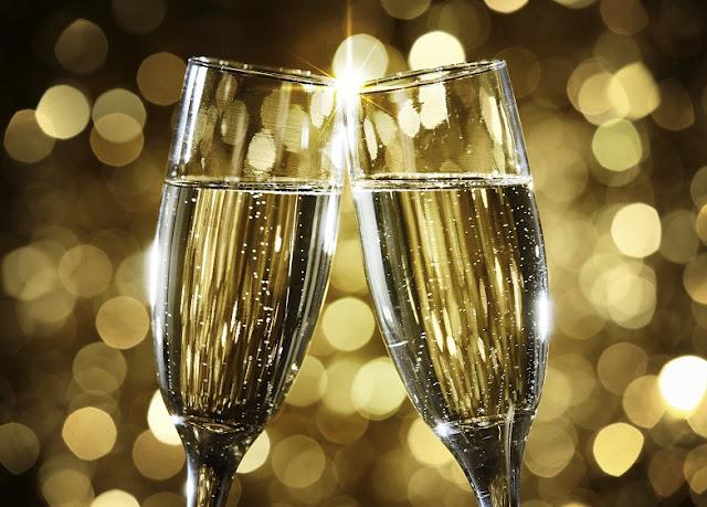 Imagen de dos copas chocando en un brindis. Aniversario de La Letra Insondable.