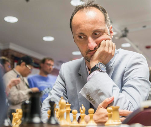 Le Bulgare Veselin Topalov prend le commandement du tournoi d'échecs avec 2 points sur 2 © Chess & Strategy