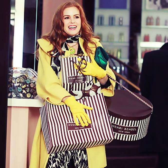 image from the movie confessions of a shopaholic, Isla Fisher holding shopping bags