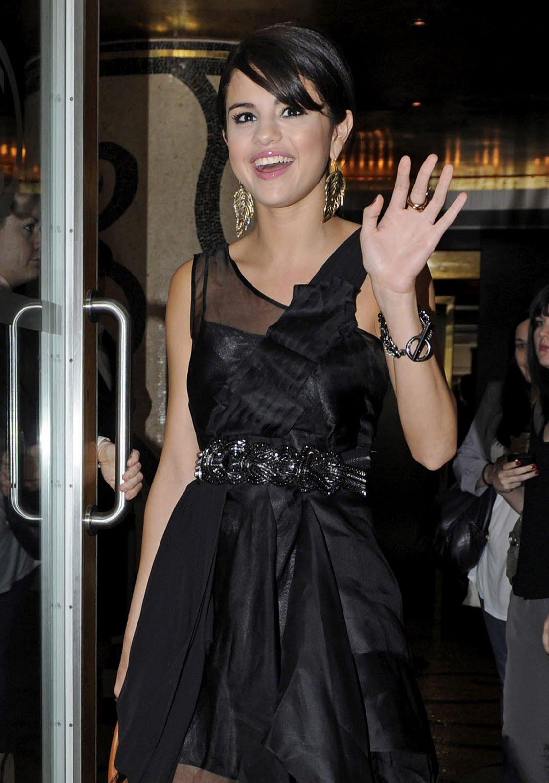 http://1.bp.blogspot.com/-u-tMwuJK5o0/ThSRdHQOwDI/AAAAAAAAAFY/1yYXI7VxbRI/s1600/Selena-Gomez-blackdress-london%2B%25281%2529.jpg
