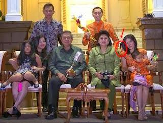 Seram Entiti Terakam di Foto Keluarga Presiden Indonesia