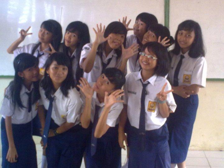 foto bersama teman teman 9.g