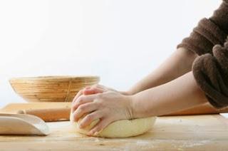 immagine di persona che impasta il pane