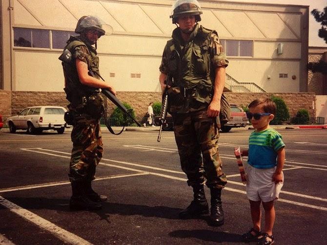 Мальчик рядом с членами Национальной гвардии во время протестов в Лос-Анджелесе в 1992 году.
