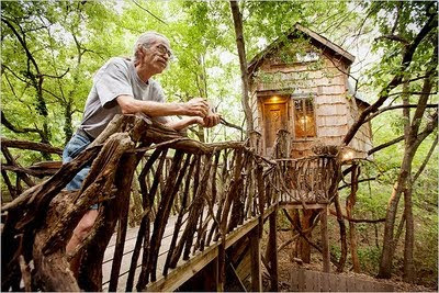 Dan Phillips en su Casa del Árbol. Fuente: www.phoenixcommotion.com