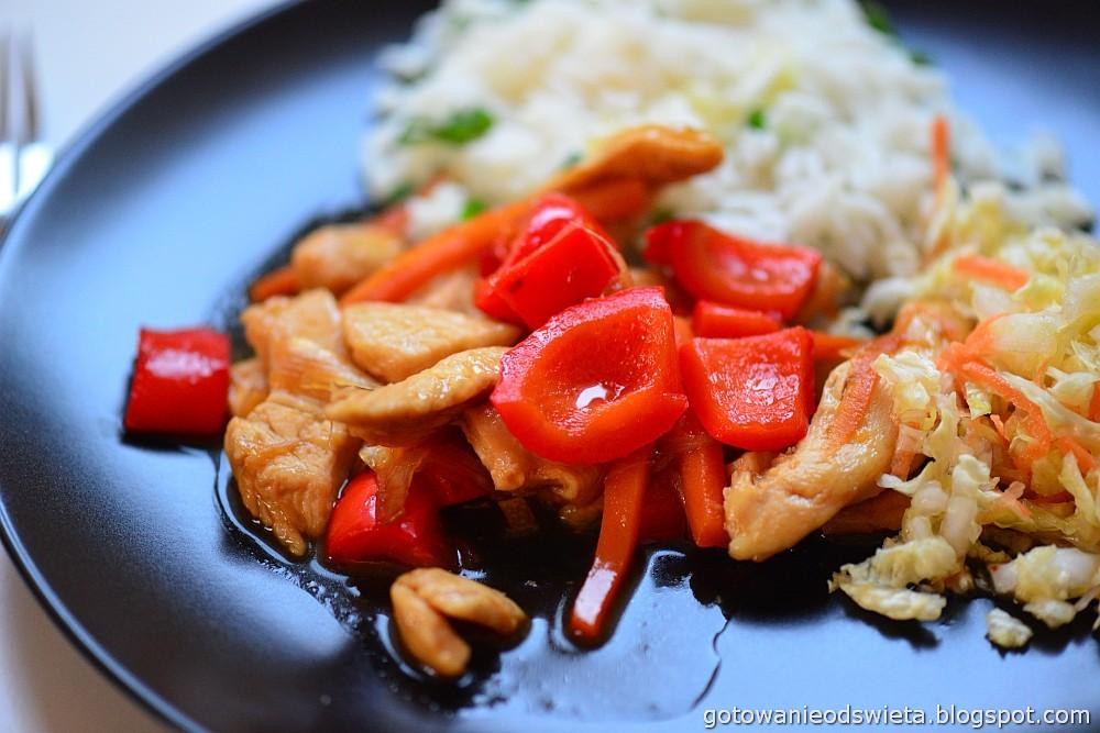 Kurczak z warzywami w stylu chińskim podany