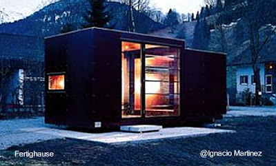 Pequeña casa cúbica con extensión 3 x 3 m.