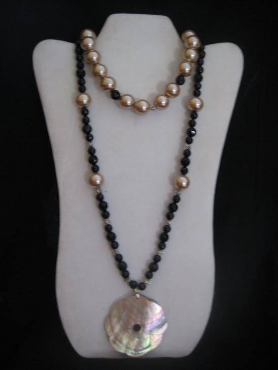 C02103. Collar de Perlas y Cristales con Flor