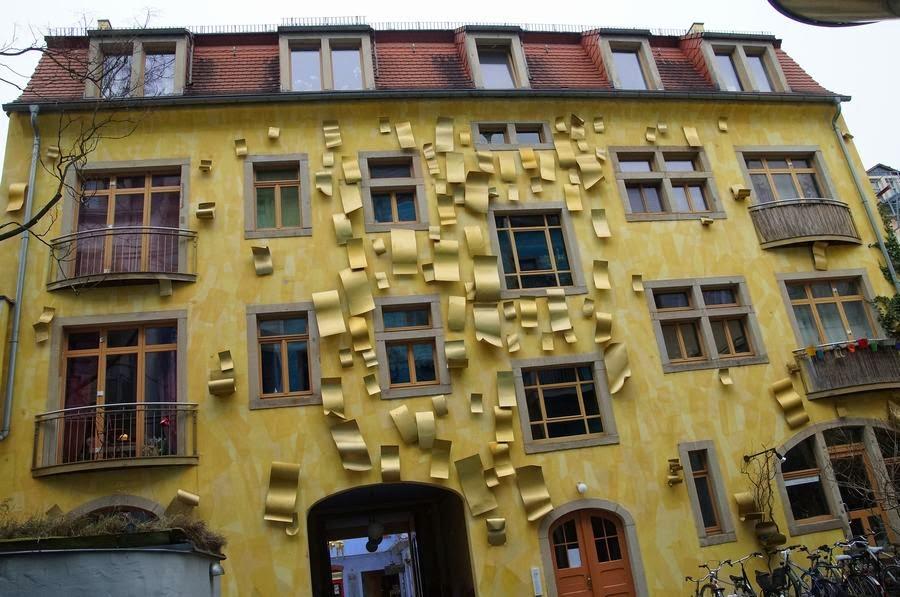 fachada amarilla, hojas de aluminio, pasaje kunsthofpassage