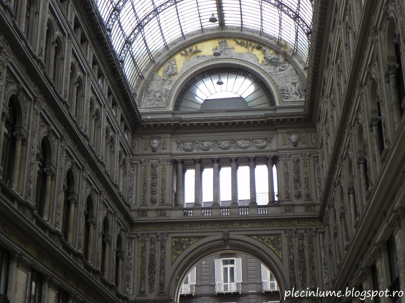 Sculpturi in Galeria Umberto