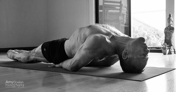 Dentro del guerrero: Fotógrafo resalta el lado masculino del Yoga
