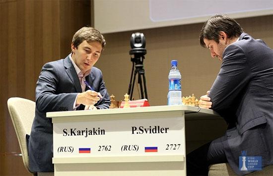 Le Russe Sergey Karjakin s'incline face à son compatriote Peter Svidler dans la première partie de la finale de la coupe du monde d'échecs - Photo © site officiel