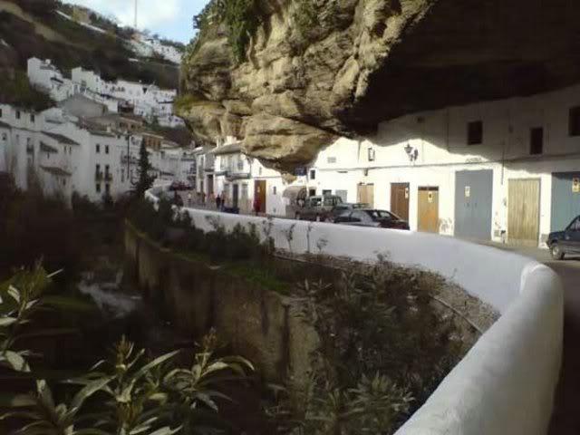 Kota Paling Aneh Di Dunia. Banyak rumah-rumah modern menempati gua-gua alam, yang mungkin telah menjadi tempat perlindungan orang2 pra-sejarah
