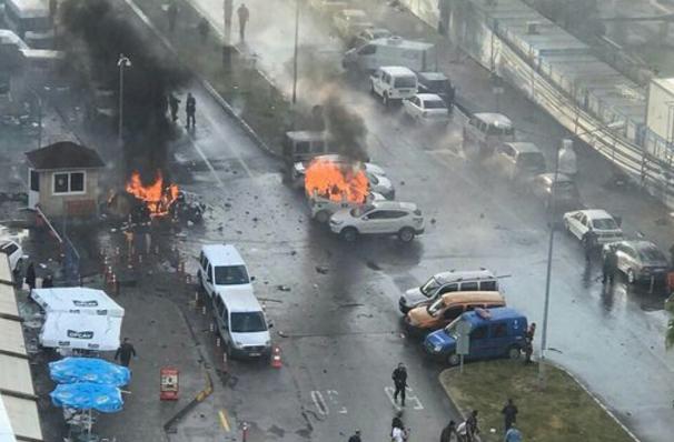 Ισχυρή έκρηξη και πυροβολισμοί έξω από το δικαστήριο της Σμύρνης στην Τουρκία