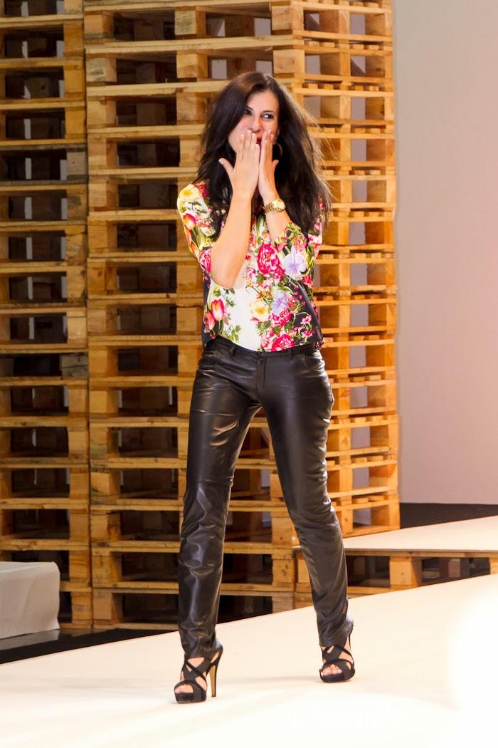 Diseñadora VIRTUDES LANGA saludando al final del desfile Fashion Week Valencia
