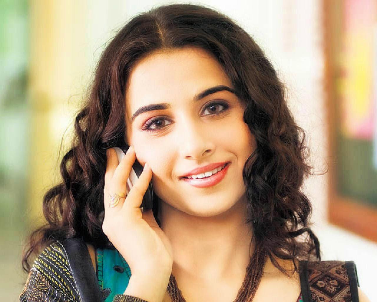 vidya balan actress in mobile clear image