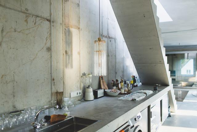 Anti-Villa in Beton - karges Design trifft auf geringfügige Einrichtung