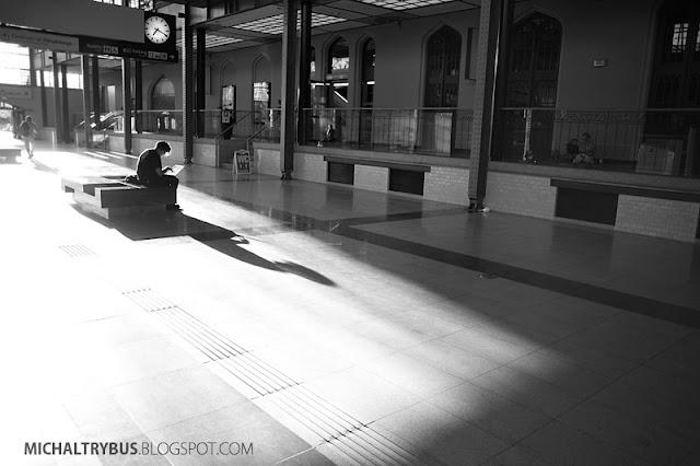 czekając na pociąg, dworzec wrocław, michał trybus, fotografia, trybikfoto, wrocław główny, retro, czarno białe, wrocław b&w