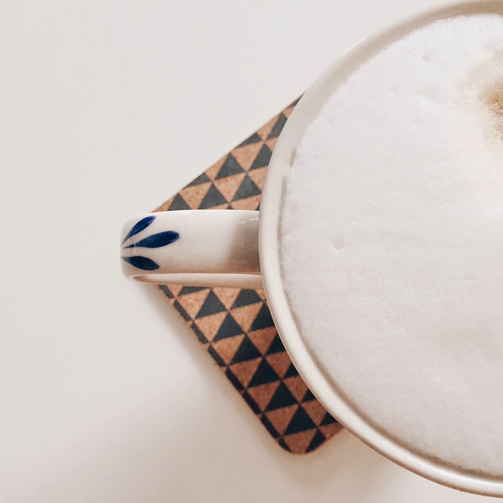kaffeepause auf konfettiregen