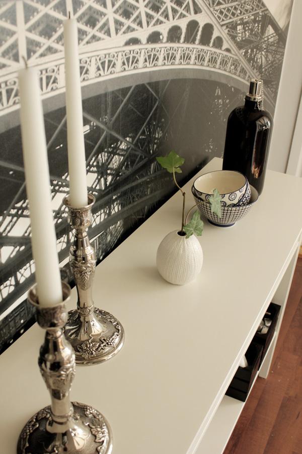 ljusstakar silver, liten vas med kvist från murgröna, skålar som dekoration, vitt avlastningsbord, fondtapet fototapet
