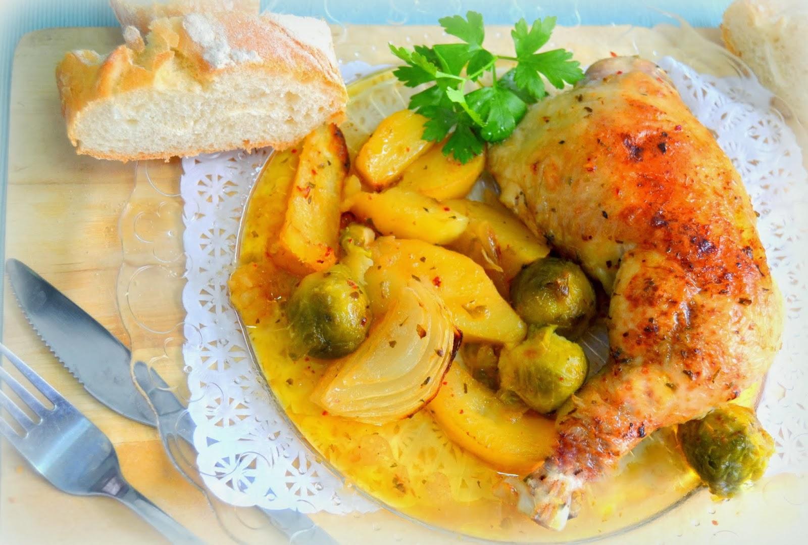 Pollo asado al horno con patatas, cebollas y verduras