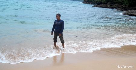 Danu bermain air di pantai karanggongso Trenggalek