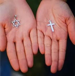 Judaísmo e cristianismo- símbolos em mãos