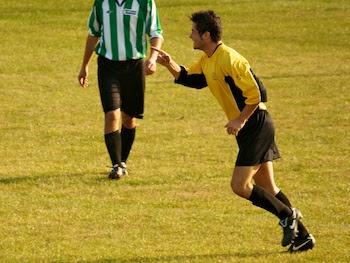 Pietro Vanazzi festeggia l'1 a 0.