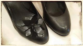 czarne skórzane szpilki ze spinkami