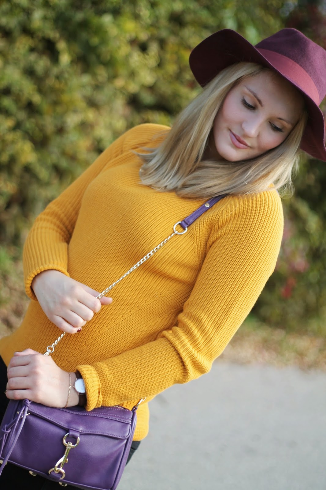 Fashionblogger Austria / Österreich / Deutsch / German / Kärnten / Carinthia / Klagenfurt / Köttmannsdorf / Spring Look / Classy / Edgy / Autumn / Autumn Style 2014 / Autumn Look / Fashionista Look / Senfgelb Pullover New Yorker Sweater Yellow / Bordeaux Rot Red Hat Zalando Dorothy Perkins / Rebecca Minkoff Look A Like Lilac Violett Bag Purse Oasap / Black Skinny Jeans H&M / Golden Statement Necklace / Black Schwarze Chelsea Boots /