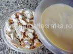 Budinca de paine preparare reteta - turnam compozitia peste painea inmuiata in lapte