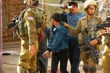 soldados terroristas de Israel prendem crianças palestinas