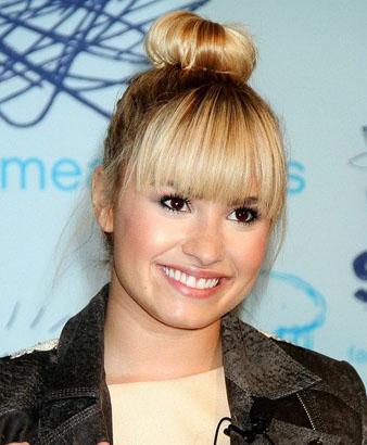 Demi Lovato Çok Yüksek Topuz Modeli ve hacimli kahküller