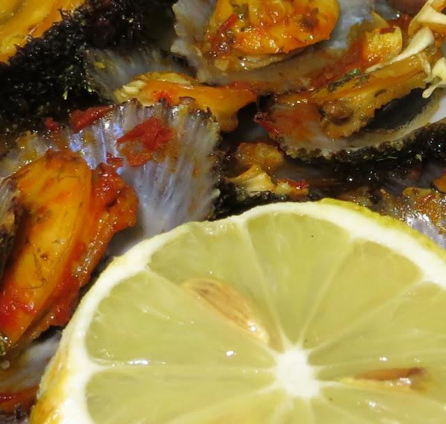 Pormenor de Lapas Grelhadas no forno com manteiga, alho e massa malagueta. Foto Macro