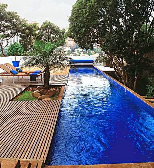Piscinas inspiradoras cascatas decks bordas infinitas for Plantas para piscinas