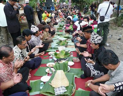 Upacara selamat Pecel Pitik dalam tradisi Barong Ider Bumi masyarakat Osing desa Kemiren, Banyuwangi.