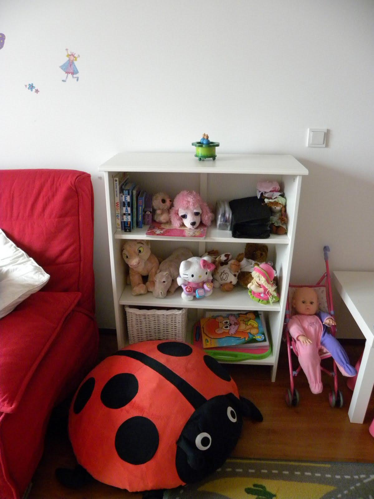 Estante de livros e bichinhos. A joaninha serve de apoio para sentar #75211C 1200x1600