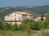 El cantó de llevant de la masia de la Serra de Cap de Costa, i al seu darrere, al fons a l'esquerra, el mas de Vilarrassa