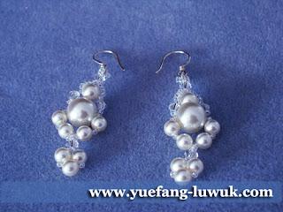 simple_white_swarovski_pearl_earrings