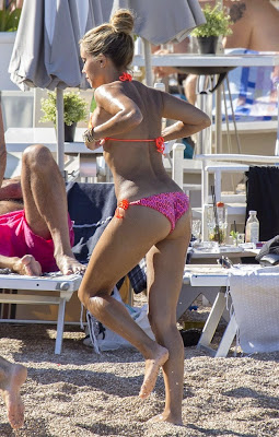 Sylvie in heel kleine oranje bikini