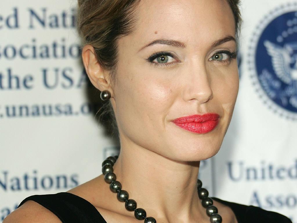 http://1.bp.blogspot.com/-u80LDpmUlLs/TqQ8dbEGj3I/AAAAAAAAE-k/dhL4rH0K47Q/s1600/Angelina-Jolie-70.jpg