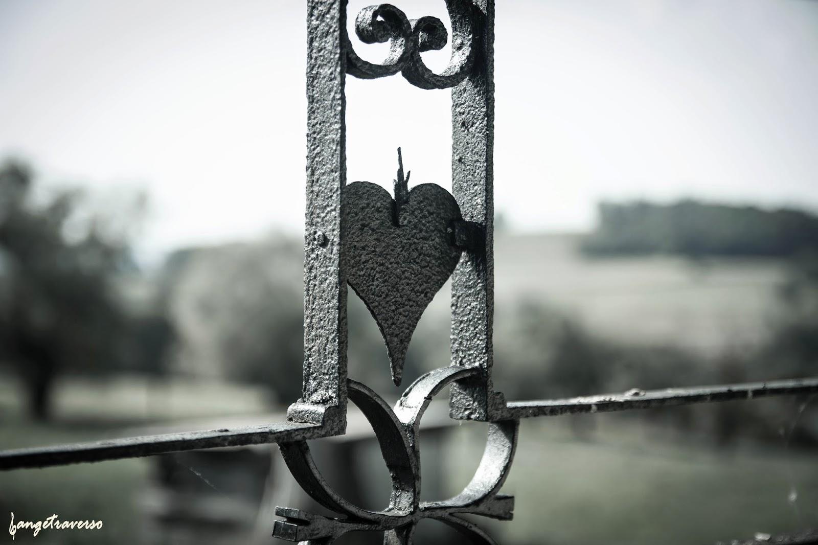 Détail avec coeur sur la croix