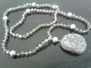 Collar de piedra natural hecho por Samira.