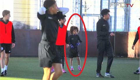 نجم العالم القادم في كرة القدم طفل بنادي تشيلسي عمره 8 سنوات