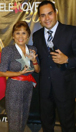 Irma Maury feliz con premio