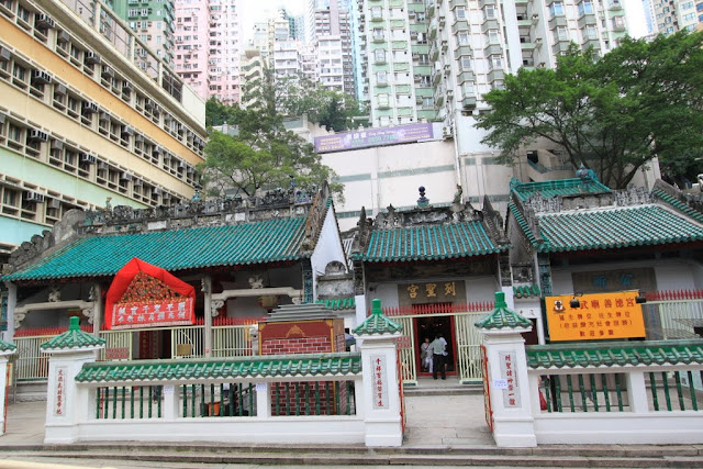 Chinese Temple can be found nearby residential areas in Hong Kong
