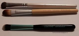 Pennello Ombretto Medio set Aqua a confronto con il pennello da ombretto di Elf linea base (in alto) e con lo Shader del set Bamboo di Zoeva