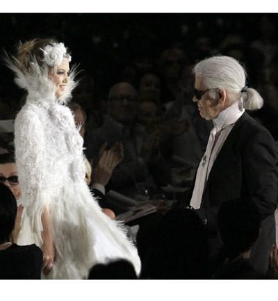 Lagerfeld vestido de plumas